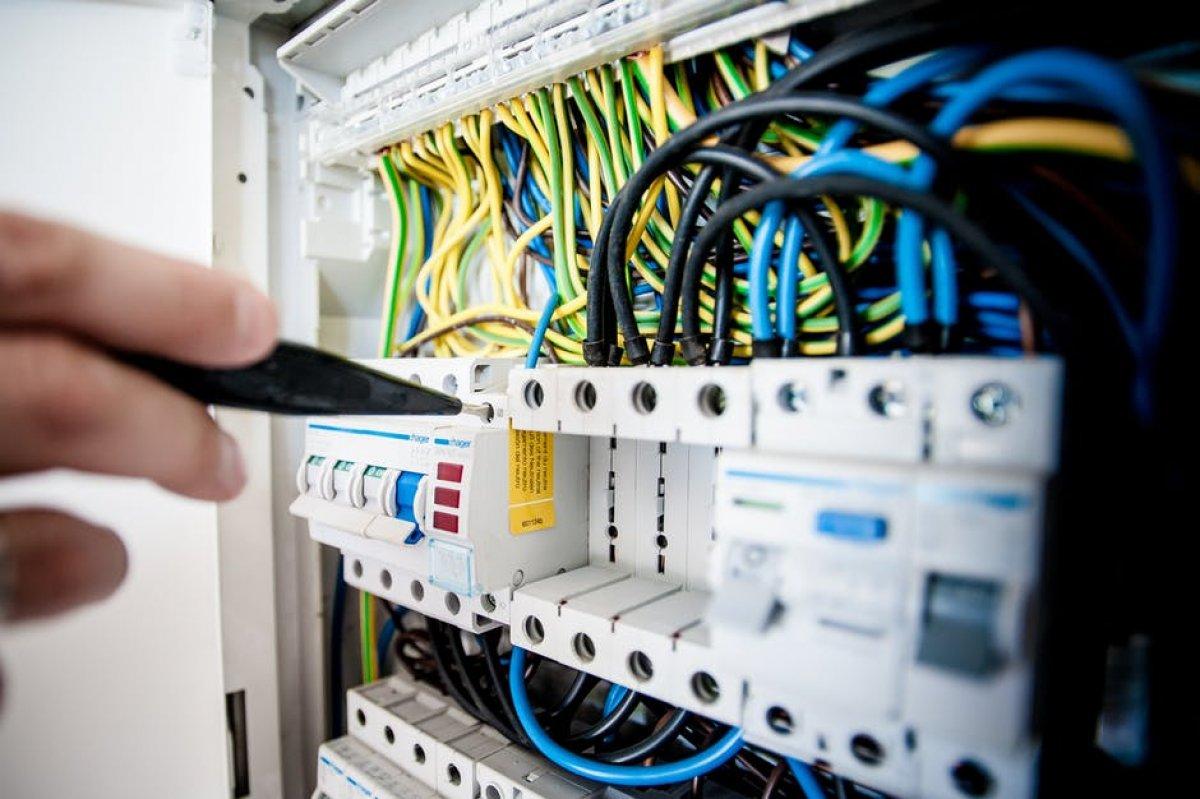 Zadania pracownika na stanowisku monter urządzeń przemysłowych (elektromonter)