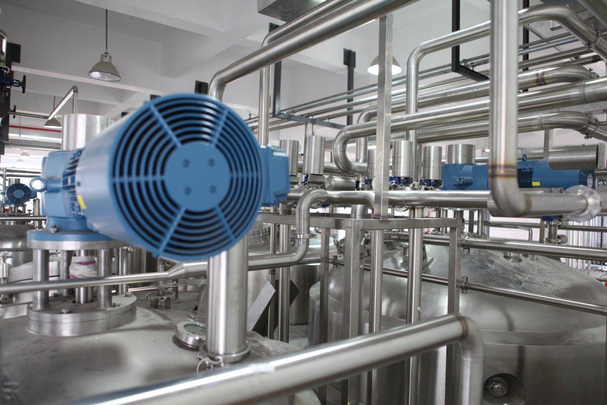 Kleje w procesie produkcyjnym - nowoczesne metody nanoszenia, nakładania i klejenia