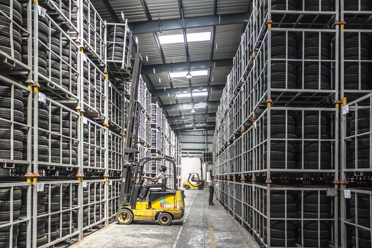 Rozwiązania logistyczne w zakresie transportu przy pomocy wózków widłowych