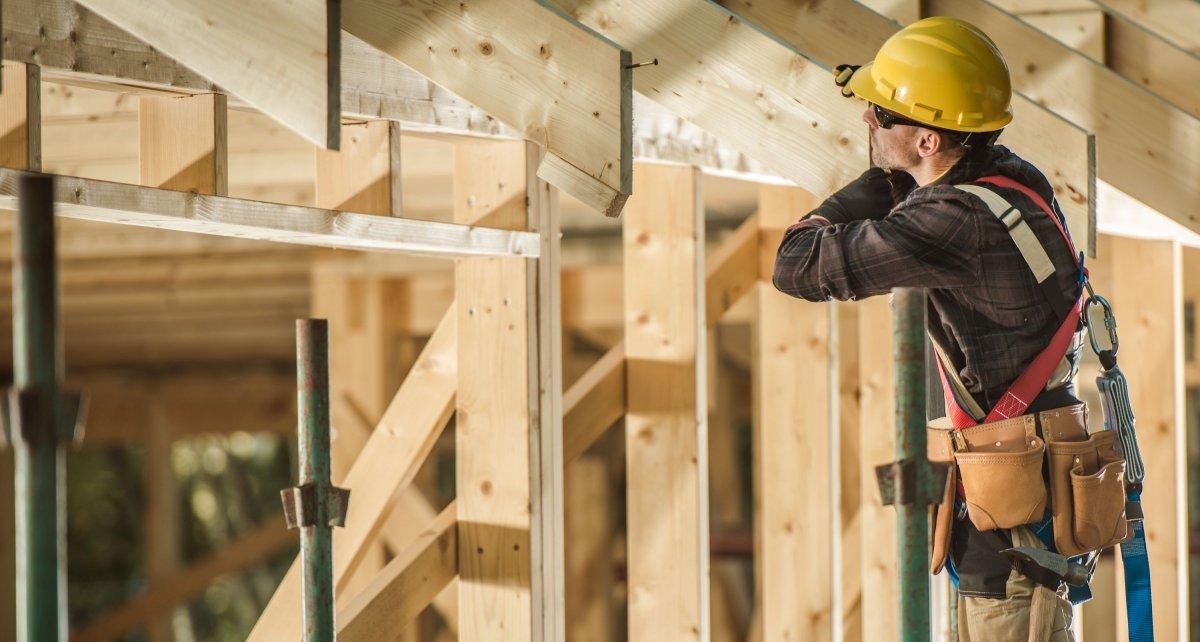 Pracownicy budowlani a podróż służbowa i diety. Znaczenie miejsca świadczenia pracy określonego w umowie o pracę.