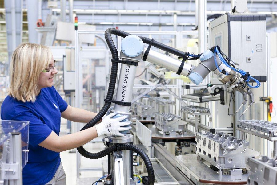 Robot pracujący ramię w ramię z człowiekiem w fabryce Volkswagena.