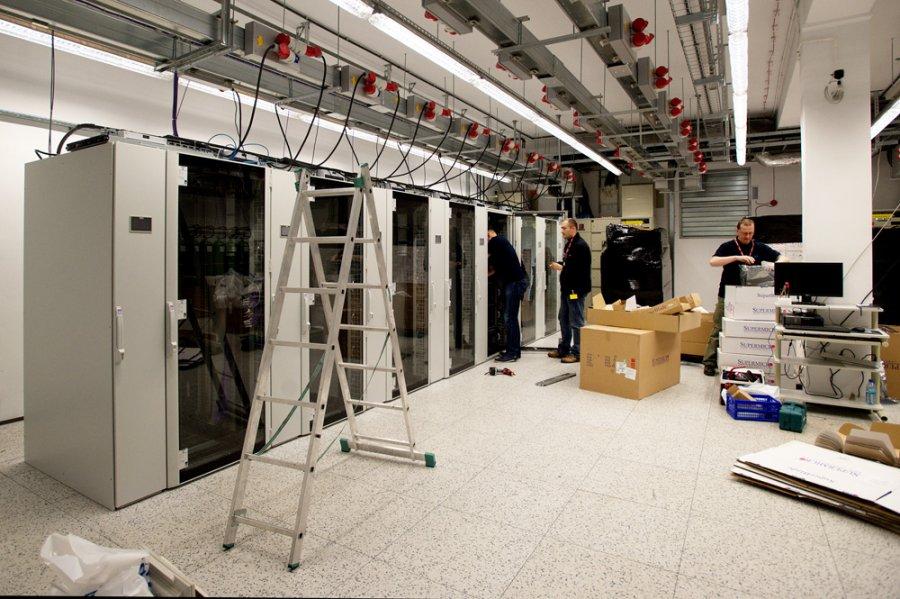 W Świerku trwa montaż elementów największego superkomputera w Polsce